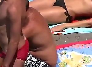 Na praia de sunga vermelha