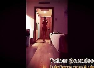 Desnuda exhibiendose frente al hombre de mantenimiento del hotel
