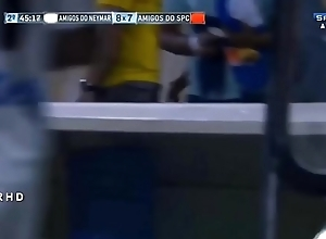 Momentos attain Neymar de cueca em campo