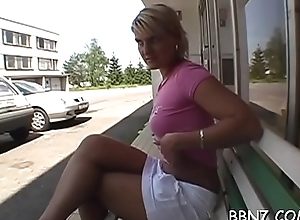 Teeth of make an issue of chilling cold ungentlemanly gives sexy outdoor oral-stimulation