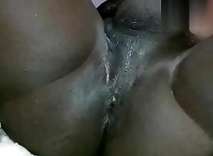 Lambuzando o cuzinho com leite