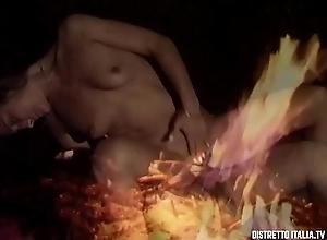 Ragazza mora scopata e sborrata nella figa di notte nel bosco intorno al fuoco