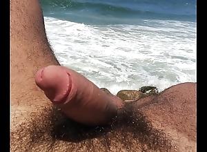 Relaxando pelado na praia